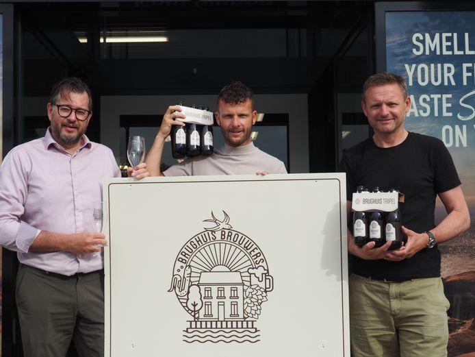 Quali Drinks-eigenaar Kevin Goos geflankeerd door Brughuis Brouwers Piet De Smet en Frank Vlayen