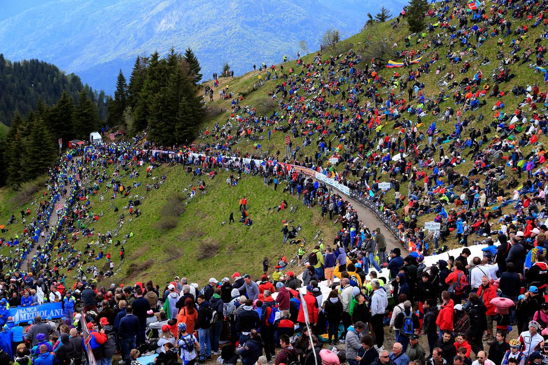 Een massa volk staat op de Monte Zoncolan bij een vorige passage in de Giro. Beeld Photo News