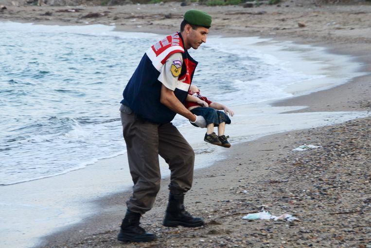 Deze foto van een verdronken kleuter gaat de wereld rond als symbool van de vluchtelingencrisis. Beeld REUTERS