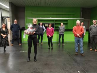 Gemeenteraadslid Sara Dinneweth geeft de fakkel door aan Christel L'Hoost