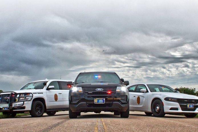 De geboeide man, handen op de rug, wist toch nog een eind te komen met de auto van de Kansas Highway Patrol