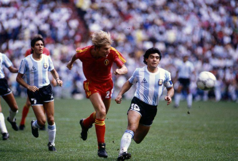 Maradona (rechts) in de wedstrijd tegen de Rode Duivels in 1982. Beeld Photo News