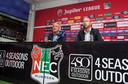 Technisch directeur Remco Oversier (rechts) voert het woord bij de presentatie van Jack de Gier in mei 2018. Dit seizoen zijn beiden de laan uitgestuurd.