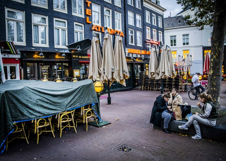 Gesloten horecagelegenheden aan het Rembrandtplein.  Beeld :