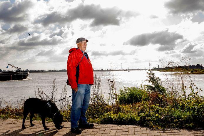 Voor de zomerserie Water: Jan de Wolf uit Druten met zijn hond Rambo.