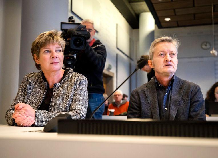 FNV-vicevoorzitter Kitty Jong en auteur Maxim Februari bij aanvang van de uitspraak in zaak tegen Systeem Risico Indicatie (SyRI). Beeld ANP
