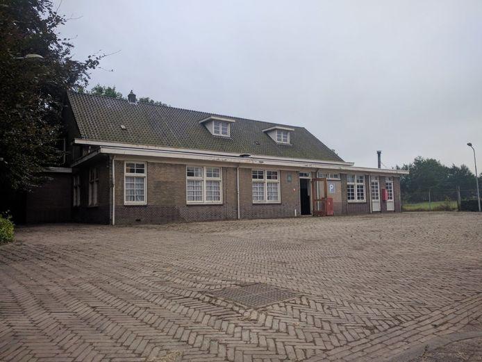 Bijgebouw met keuken van de voormalig kazerne van de Koninklijke Marechaussee aan de Doctor Batenburglaan in Breda. Juli '17 werd het object te koop gezet, potentiële kopers konden 5-9-17 voor het eerst komen kijken. Voormalig kantinegebouw.