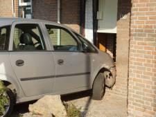 Automobilist belandt met wagen tegen woning in Sprang-Capelle
