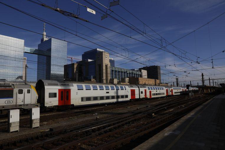 Een trein staat stil in Brussel Noord door door de problemen tussen de stations Brussel Noord en Brussel Zuid. Beeld BELGA