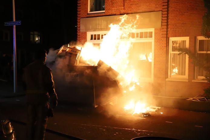 In de Magnoliastraat in Den Haag is vannacht een bouwcontainer in brand gestoken.