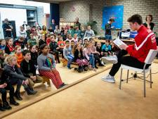 NEC'er Bas Kuipers leest voor op basisschool De Wingerd