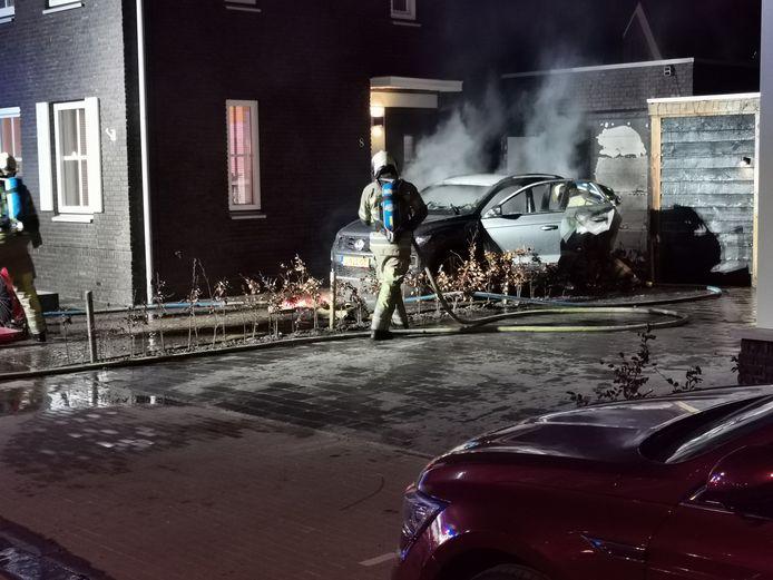 De brandweer wist te voorkomen dat het vuur oversloeg naar het woonhuis.