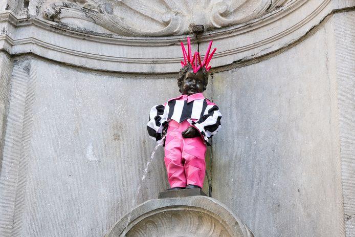 Het kostuum, met gestreept vestje, roze strik en roze broek werd ontworpen door Matteo Neri-Lindfors.
