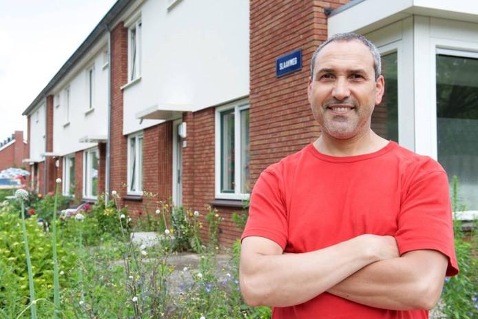 """Ahmed Joubid. """"Volgens mij gaat het de laatste tijd weer goed met deze buurt."""" foto Marc Pluim"""