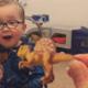 Zó schattig: jongetje kent alle namen van dino's uit zijn hoofd