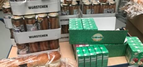 Voedselbank Losser dolblij met donatie 500 broodjes knakworst