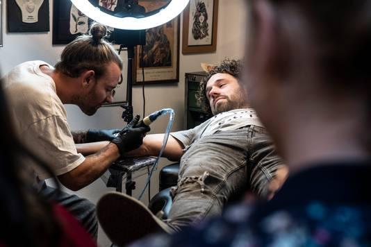 Meester Jesper (Jesper Hesseling) krijgt de tatoeage op zijn onderarm.