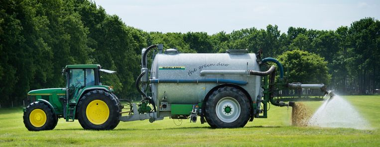 Een tractor bij de eerste Kwatrijnstal, een innovatieve en energieneutrale melkveestal.  Beeld ANP