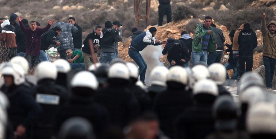 Jongeren uit het Palestijnse vluchtelingenkamp raken slaags met de Palestijnse politie