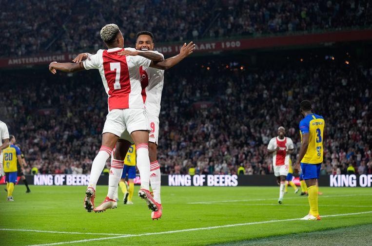 Invaller Danilo en David Neres (rugnummer 7), een van de uitblinkers, vieren een doelpunt van Ajax.  Beeld Pro Shots / Jasper Ruhe