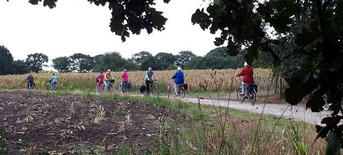 Deelnemers aan Maashorst op díe Fiets kruisen elkaar in het buitengebied.