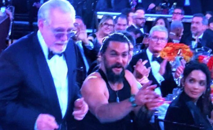 Jason Momoa in een hemdje op de Golden Globes.