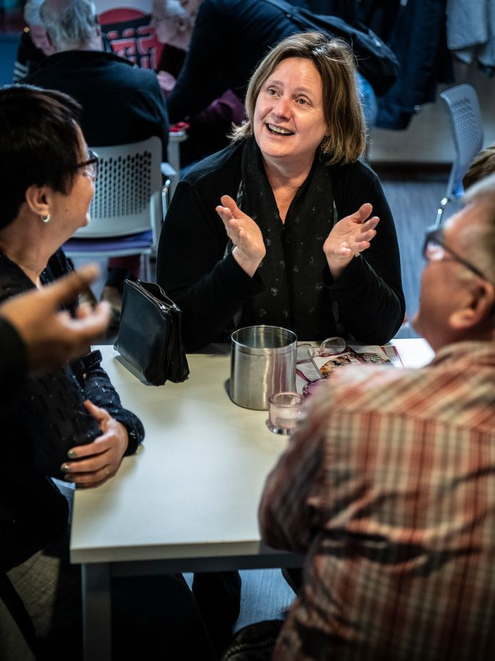 Burgemeester Daphne Bergmans aan de babbel met Fieke Peters.