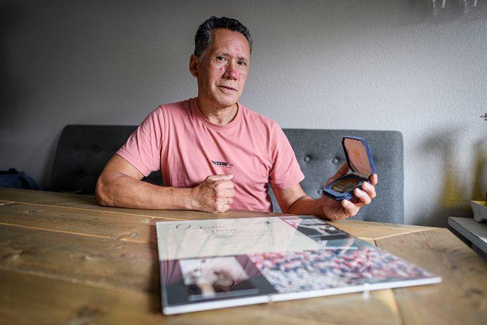 Trots laat Jeffrey Huber zijn olympische medaille zien. Geen goud, zilver of brons, maar een herinneringsmedaille aan de Spelen in 1988. Hij deed mee.