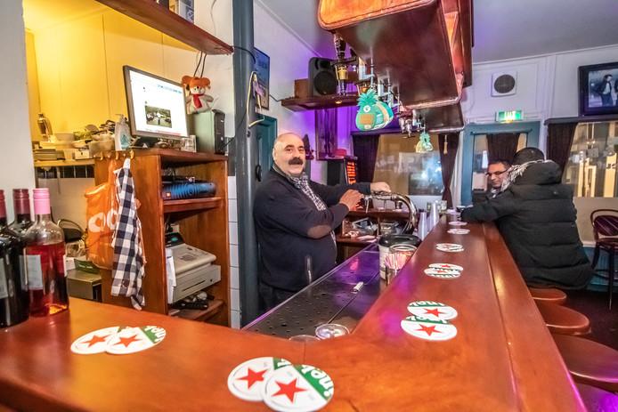 Café Neuf, een dag na het steekincident. Eigenaar Ali Haydar staat achter de bar.
