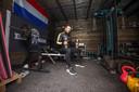 Maikel Boon uit Bergen op Zoom heeft zelf een gym in de schuur gemaakt.