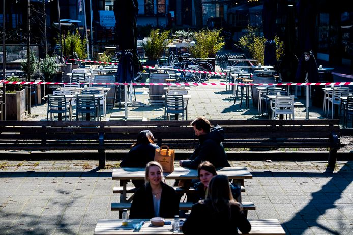 De bankjes zijn bezet, maar de terrassen blijven leeg bij Bokaal in Rotterdam.