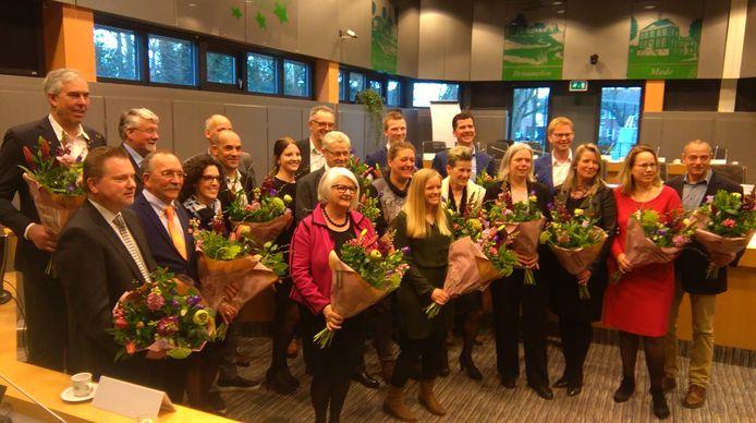 In 2018 werd Miriam Tiekstra (voorste rij, tweede van links) met haar collegaraadsleden in de bloemetjes gezet bij hun installatie.
