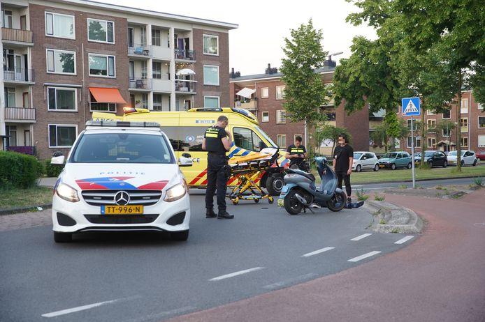 Een man op een snorscooter moest vanavond met spoed naar het ziekenhuis na een ongeval op de rotonde van de Ceintuurbaan met de Diepenveenseweg in Deventer.