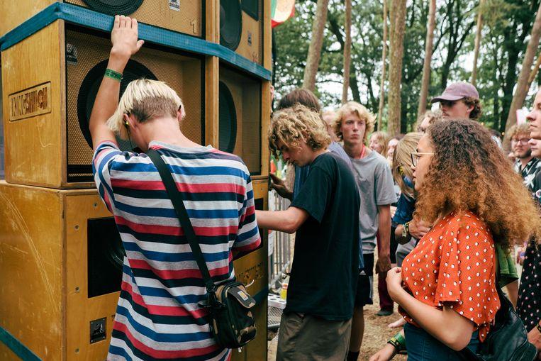 Eén bos, één torenhoge geluidsinstallatie. Het dub-bos was een evenement op zich. Beeld Damon De Backer