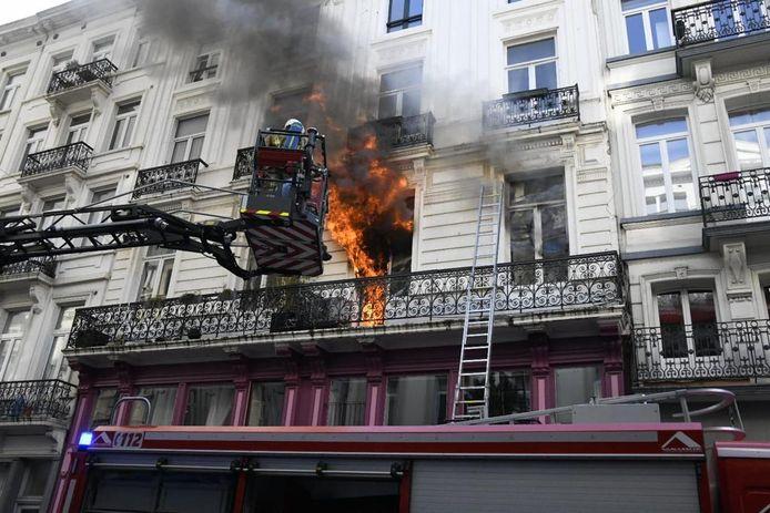 Acht bewoners zijn uit het brandende gebouw gehaald.