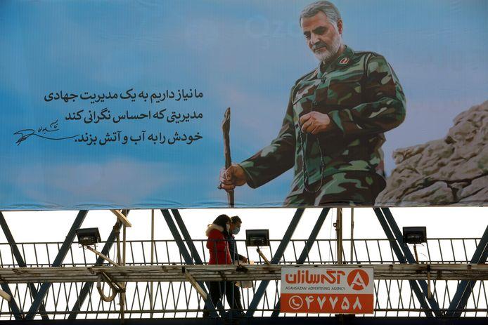 Generaal Qassem Soleimani is alom aanwezig in het straatbeeld van Iran. De 'held van de Islamitische Revolutie', die een jaar geleden in Bagdad werd gedood bij een Amerikaanse droneaanval, wordt in het land uitvoerig herdacht. Ook lopen de spanningen tussen Iran en de VS weer hoog op.