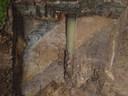 Vanuit de lucht is het het kanaal zichtbaar als lichtgele baan binnen de bruine natuurlijke ondergrond.