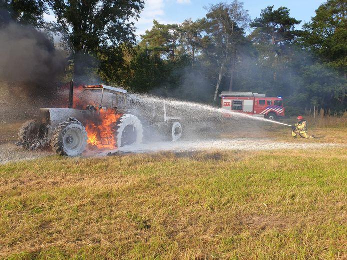 Een tractor is maandagmiddag op de Witrijt in Bergeijk volledig uitgebrand.