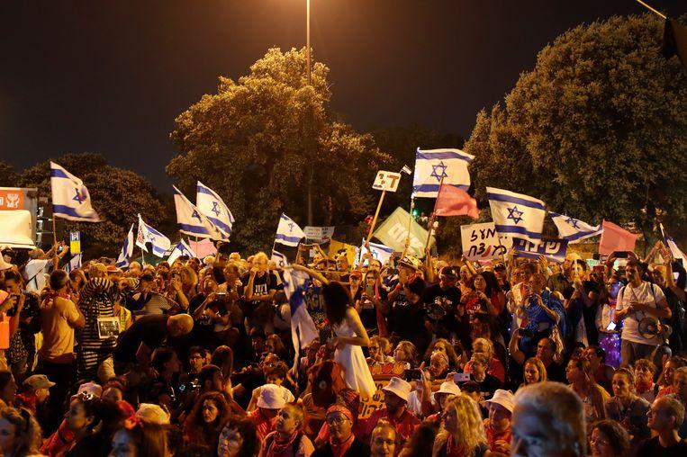 Mensen vieren het eind van het tijdperk-Netanyahu in Jeruzalem Beeld EPA