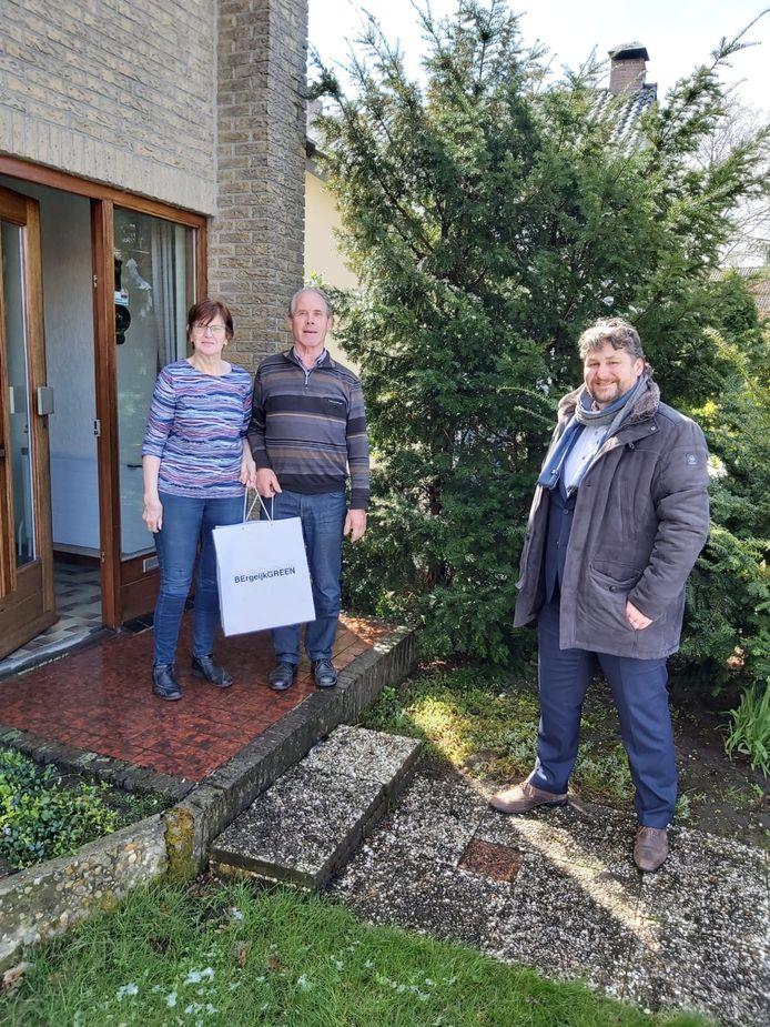 Wethouder Marko van Dalen reikt presentje uit aan het paar Wiersma-Heuveling uit Westerhoven.