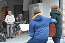 De Zullezangers geven het beste van zichzelf in de Beekstraat.