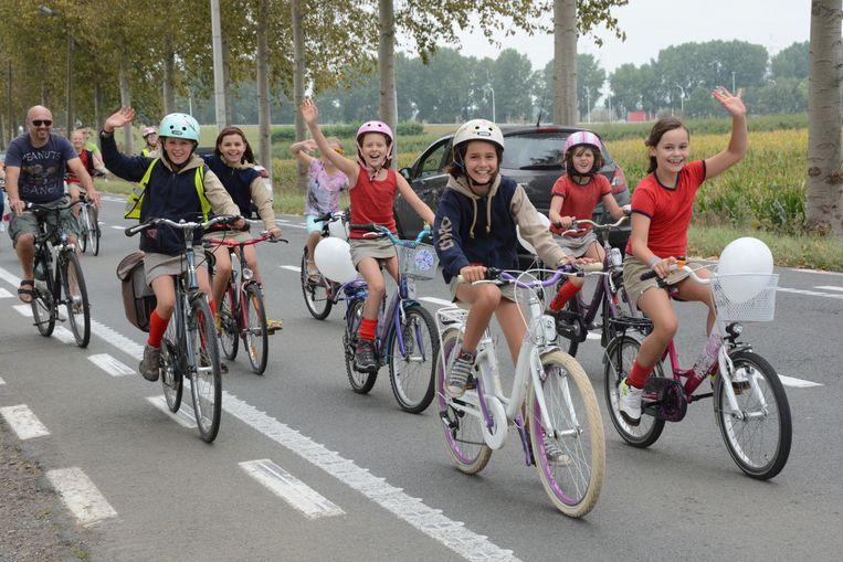 Maar liefst 450 fietsers waaronder leden van de Chiro palmden de drukke N450 gisteren in. Ze voerden actie voor veilige fietspaden tussen Kallo en Melsele.