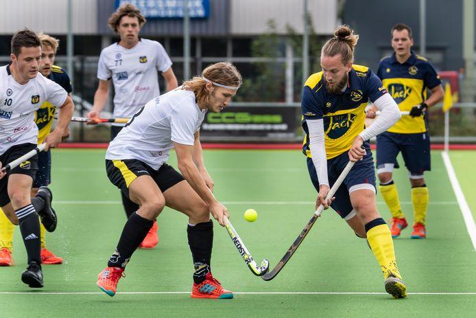 Het eerste herenteam van hockeyclub De Mezen uit Harderwijk (donker tenue) speelde begin september thuis tegen Deventer.