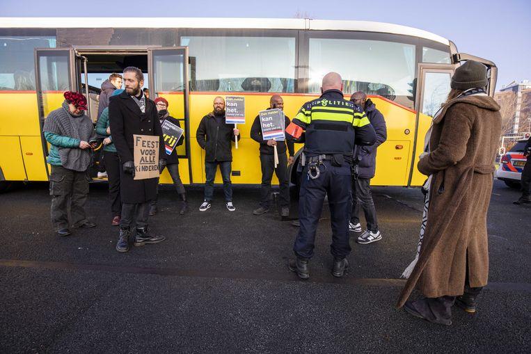 Sympathisanten van actieclub Kick Out Zwarte Piet (KOZP) nadat de bus onderweg van Amsterdam naar Den Helder is stilgezet door agenten. De actieclub, die wilde demonstreren bij de intocht van Sinterklaas, werd tijdens de rit staande gehouden. Beeld ANP