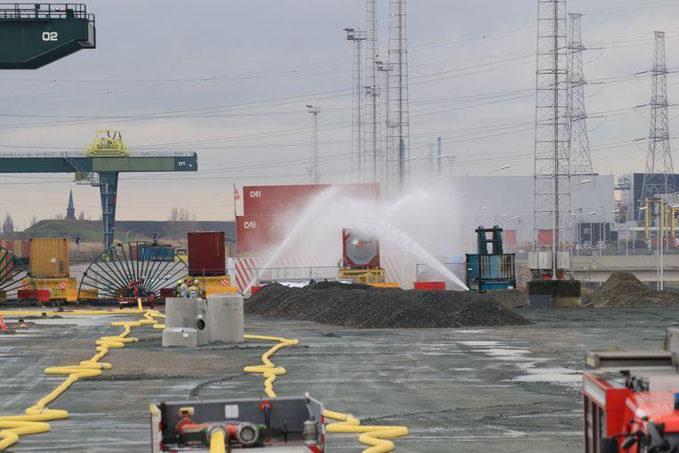 De hulpdiensten zijn al sinds vorige week woensdag in de weer met de container.