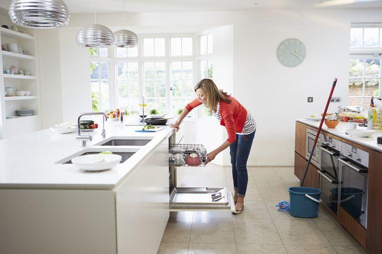 De dienstencheque is bedoeld voor mensen die niet meer in staat zijn op eigen kracht hun huis schoon te houden, maar die door de bezuinigingen de hulp volgend jaar (deels) niet meer vergoed krijgen. Beeld ThinkStock