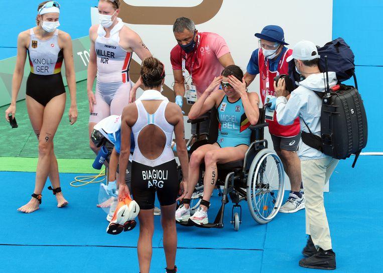 Claire Michel moest na haar aankomst in een rolstoel worden weggevoerd.  Beeld BELGA