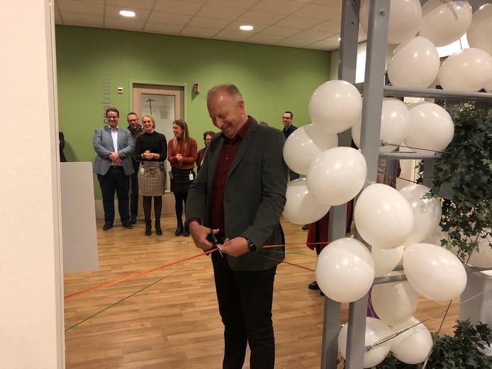 Leon Oosthoek knipt het lintje door van de ruimte bij Bernhoven waar patiënten vanaf nu hun persoonlijk account kunnen laten maken.