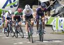 Anna van der Breggen en Katarzyna Niewiadoma rijden weg bij de rest.