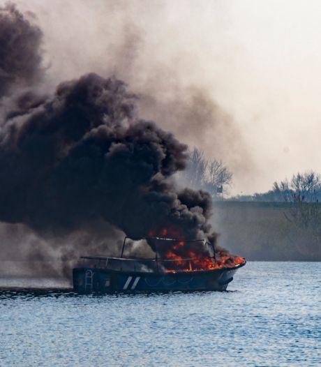 Brand op drijvend bootje zorgt voor rookwolken bij Woudrichem